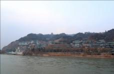 黄河看白塔山