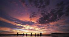 游人夕阳下的海滩