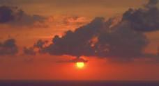 火红的日落快速流动的云