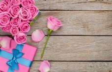 木板上的花朵和礼物盒
