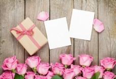 木板上的花朵、信纸和礼物盒