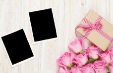 木板上的照片、礼物盒和花朵