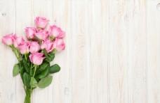 木板上的一束花朵