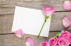 木板上的花朵和信纸